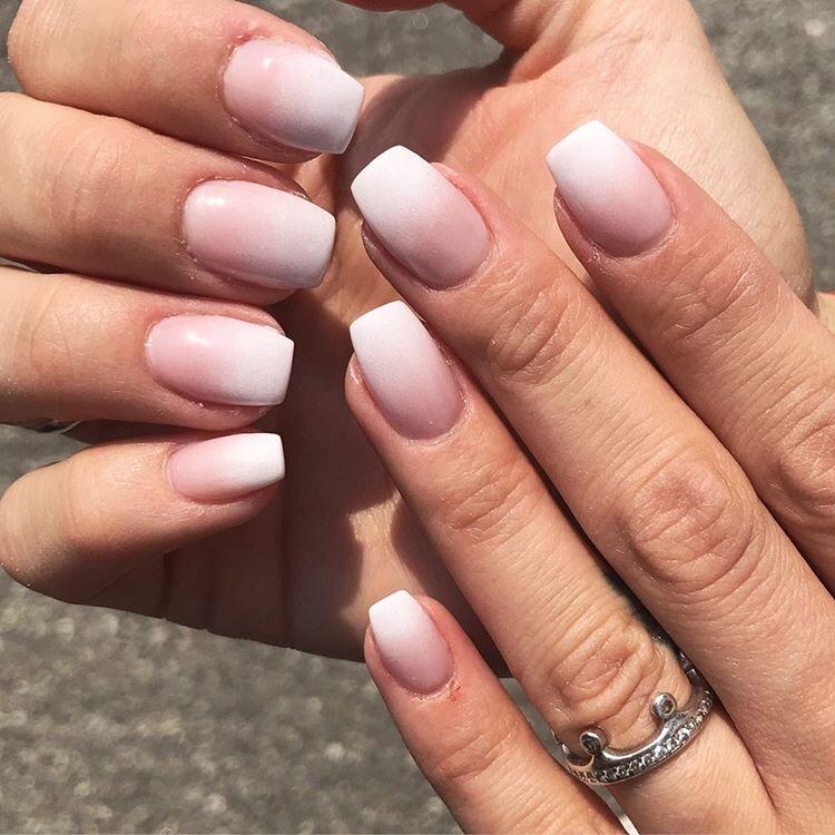 mani di donna con unghie nude con french bianco sfumato