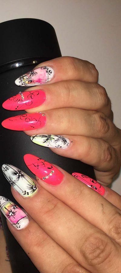 mani di donna con unghie colorate