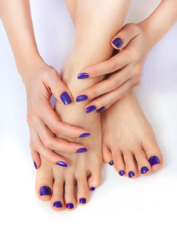mani e piedi di donna con unghie corte colorate