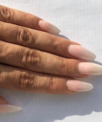 mano di donna con unghie colorate