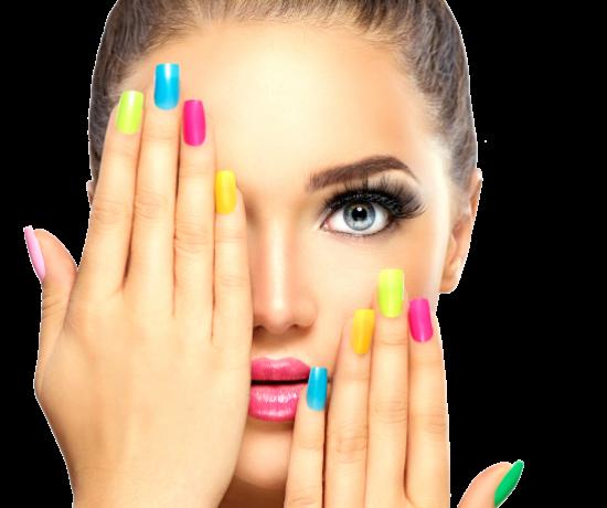mani e di donna con unghie corte colorate