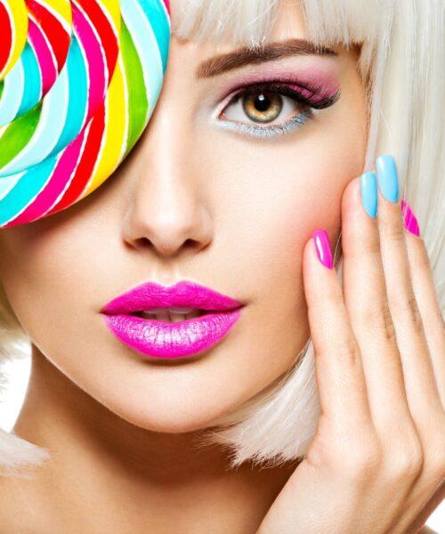 viso di ragazza con unghie corte colorate manicure e pedicure